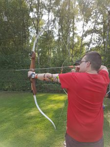Johannes Pieper beim Bogenschießen